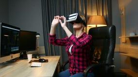De vrouwenwerken met virtuele werkelijkheidsglazen die in haar bureau zitten Wetenschap en onderzoekconcept stock videobeelden