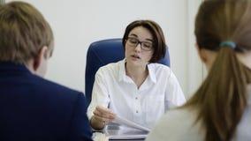 De vrouwenwerkgever straft arbeiders voor het werk Onderneemster ongelukkig met het werk van werknemers in het bureau stock footage