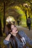 De vrouwenzitting van Beautyful in park Stock Afbeeldingen