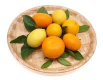 De vruchten op het dienblad. Stock Foto