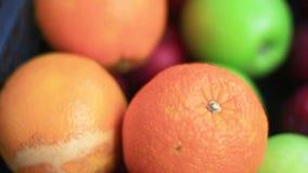 De vruchten, sinaasappelen zijn in een zwarte mand stock footage