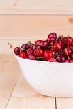 De vruchten van de kers in blauwe vaas Stock Afbeelding