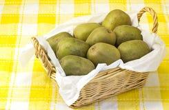 De vruchten van de kiwi die in een mand worden gediend Stock Foto's