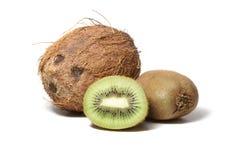 De vruchten van de kiwi en coconoot die op wit wordt geïsoleerds Royalty-vrije Stock Afbeeldingen