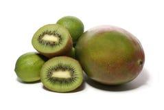 De vruchten van de kiwi, van de kalk en van de mango die op wit worden geïsoleerd Stock Afbeeldingen