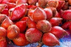 De vruchten van Rambutan op de markt Stock Afbeelding