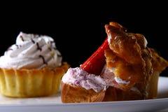 De vruchtencake van het dessert met aardbei en jam Stock Foto