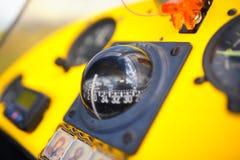 De vue legs à bord dessus à l'intérieur de l'habitacle d'un tricycle Photo libre de droits