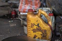 De vuile Gele Diesel Flessen Oude Smeerolie kan - Slordige Hulpmiddelen - geen Etiket stock afbeeldingen