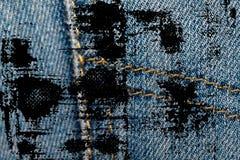 De vuile grungeclose-up van verouderde jeans in eigen zak steekt Denimtextuur, macroachtergrond voor website of mobiele apparaten Royalty-vrije Stock Foto