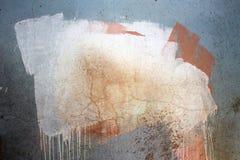 De vuile muur is behandeld met verschillende kleuren van verf voor een achtergrond royalty-vrije stock fotografie
