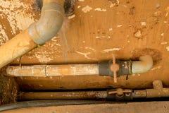 De vuile Oude pvc-Pijpleiding van het Klep Plastic Water - Uitstekende Beschimmelde Muurtextuur royalty-vrije stock afbeelding