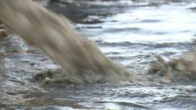 De vuile stroom van de waterstraal in de installatie van de waterleidingsbedrijvenbehandeling Één van water schone stappen stock videobeelden