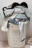 De vuile wasserij van de mand in de badkamers Stock Foto