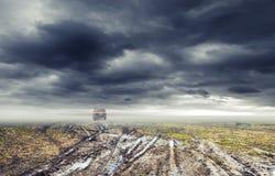De vuile weg met vulklei, suv auto gaat ver weg Royalty-vrije Stock Foto