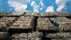 De vuilnisstapels met plastiek in verspillen in openlucht storting Veel meer ecologiebeelden in mijn portefeuille stock videobeelden