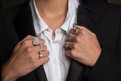 De vuisten met ringen sluiten omhoog Stock Foto's