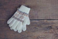 De vuisthandschoenen van de winterkinderen ` s liggen op een houten achtergrond hygge toning Royalty-vrije Stock Foto's