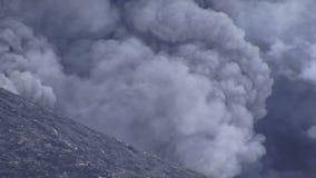 De vulkaan die van Rabaul Papoea-Nieuw-Guinea dicht omhoog losbarsten stock videobeelden