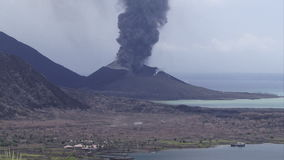 De vulkaan golvende rook van Rabaul Papoea-Nieuw-Guinea en aswolk stock video