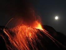 De vulkaan Stromboli van de volle maanuitbarsting royalty-vrije stock foto's