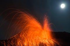 De vulkaan Stromboli van de volle maanuitbarsting stock afbeeldingen