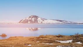 De vulkaan van IJsland met watermeer met blauwe hemelachtergrond stock afbeeldingen