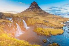 De vulkaan van Kirkjufellsfoss van het de herfstseizoen met tropische waterval Royalty-vrije Stock Afbeeldingen