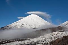 De vulkaan van Kluchevskaya in het gebied van Kamchatka, Rusland. Stock Fotografie