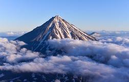 De vulkaan van Koryaksky op het Schiereiland van Kamchatka, Rusland stock afbeeldingen