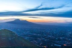De Vulkaan van Napels Italië de Vesuvius bij zonsondergang met nachtlichten, van Monti Lattari Valico di Chiunzi dichtbij Amalfi  Royalty-vrije Stock Afbeeldingen