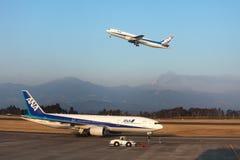 De vulkaan van Shinmoedake barst los aangezien het vliegtuig van start gaat Royalty-vrije Stock Afbeelding