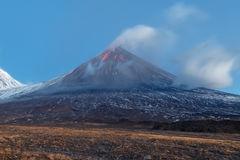 De Vulkaan van uitbarstingsklyuchevskoy op het Schiereiland van Kamchatka Royalty-vrije Stock Fotografie