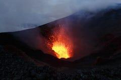 De Vulkaan van uitbarstingstolbachik: fonteinlava van vulkaan Kamchatk Stock Foto's