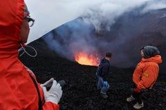 De Vulkaan van uitbarstingstolbachik op Kamchatka, reizigers die op het lavameer in krater van vulkaan letten Royalty-vrije Stock Foto's