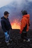 De Vulkaan van uitbarstingstolbachik op Kamchatka, toeristen let op de fonteinlava ontsnappend van vulkaan Stock Foto's
