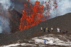 De Vulkaan van uitbarstingstolbachik op Kamchatka, toeristen op achtergrondfonteinlava die van kratervulkaan ontsnappen Royalty-vrije Stock Afbeelding