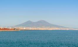 De vulkaanmening van de Vesuvius van de stad van Napels bij zonnige dag Stock Foto