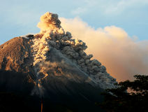 De vulkanische activiteit van de uitbarstingsberg Stock Afbeeldingen