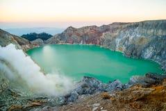 De vulkanische krater van Kawahijen bij ochtenddageraad, Java, Indonesië Royalty-vrije Stock Afbeeldingen