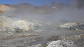 De vulkanische landschaps agressieve natuurlijke hete die lentes, damp door fumarolen wordt omringd stock videobeelden
