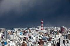 De vulkanische uitbarsting brengt as aan de Stad van Kagoshima stock afbeeldingen