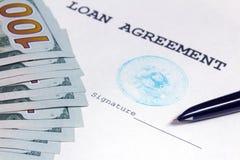 De vulpen richt aan de plaats van ondertekening van de leningsovereenkomst met de blauwe bitcoinzegel Dichtbij zijn honderd dolla stock afbeeldingen