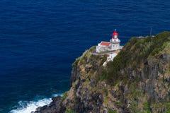 De Vuurtoren Ponta do Arnel dichtbij Nordeste-stad in Sao Miguel Royalty-vrije Stock Foto