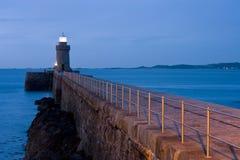 De Vuurtoren van Guernsey bij nacht Stock Foto