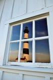 De Vuurtoren van het lichaam die in venster wordt weerspiegeld Stock Foto