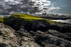 De Vuurtoren van het Strathypunt bovenop Wilde Klippen bij de Atlantische Kust dichtbij Thurso in Schotland royalty-vrije stock afbeelding