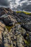 De Vuurtoren van het Strathypunt bovenop Wilde Klippen bij de Atlantische Kust dichtbij Thurso in Schotland stock afbeelding
