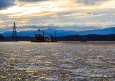 De Vuurtoren van Hudson River Athen met aak in de winter Stock Afbeelding