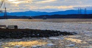 De Vuurtoren van Hudson River Athen met aak in de winter Stock Foto